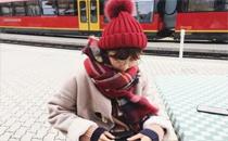 冬天戴帽子头发怎么扎 冬天戴帽子头发放哪